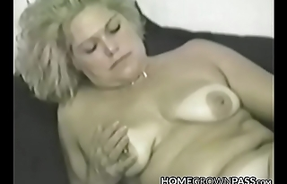 Mature vixen cravingly stuffing fat dildo in every hole